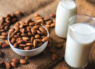 Mandorle e latte di mandorla